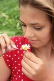 Adolescente y margarita Fotos de archivo libres de regalías