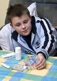Adolescente y medicinas enfermos Imágenes de archivo libres de regalías