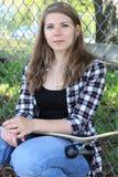 Adolescente y monopatín Fotografía de archivo