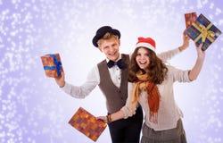 Adolescente y muchacha con los regalos de Navidad Imagen de archivo libre de regalías