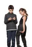 Adolescente y muchacha con su teléfono elegante Foto de archivo
