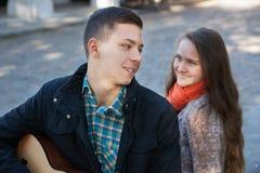 Adolescente y muchacha, guitarra Imágenes de archivo libres de regalías