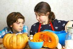 Adolescente y muchacha que cocinan el pastel de calabaza Fotografía de archivo