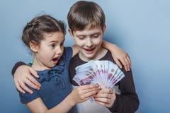 Adolescente y muchacha que llevan a cabo cuentas de dinero en el suyo Fotografía de archivo libre de regalías