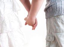 Adolescente y muchacha que llevan a cabo las manos. Imagen de archivo libre de regalías