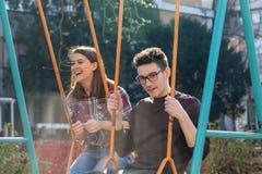 Adolescente y muchacho en el oscilación Fotos de archivo libres de regalías