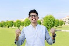 Adolescente y muestra felices de la victoria, éxito Foto de archivo libre de regalías
