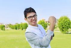 Adolescente y muestra felices de la victoria Imagen de archivo libre de regalías