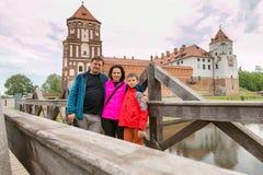 Adolescente y mujer en un castillo medieval Fotos de archivo libres de regalías