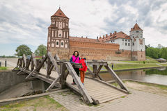 Adolescente y mujer en un castillo medieval Fotos de archivo