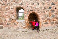 Adolescente y mujer en un castillo medieval Imagen de archivo