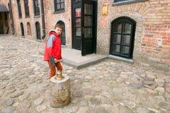 Adolescente y mujer en un castillo medieval Fotografía de archivo libre de regalías