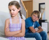 Adolescente y niña que pelean en casa Fotos de archivo