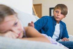 Adolescente y niña que pelean en casa Imagen de archivo