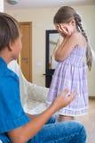 Adolescente y niña que pelean en casa Imágenes de archivo libres de regalías