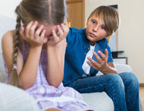 Adolescente y niña que pelean en casa Foto de archivo libre de regalías