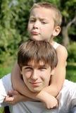 Adolescente y niño Foto de archivo