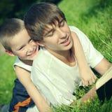 Adolescente y niño con un libro Fotos de archivo libres de regalías