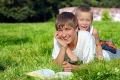 Adolescente y niño en el parque Imagen de archivo libre de regalías
