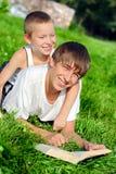 Adolescente y niño en el parque Fotografía de archivo libre de regalías