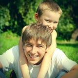 Adolescente y niño felices Imagen de archivo