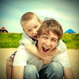 Adolescente y niño felices Imágenes de archivo libres de regalías
