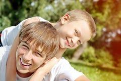 Adolescente y niño felices Fotos de archivo