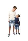 Adolescente y niño pequeño altos Fotos de archivo