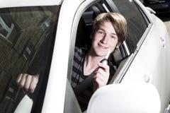 Adolescente y nuevo conductor detrás de la rueda de su coche Fotografía de archivo libre de regalías
