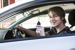Adolescente y nuevo conductor detrás de la rueda de su coche Foto de archivo libre de regalías