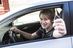 Adolescente y nuevo conductor detrás de la rueda de su coche Imagenes de archivo