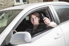 Adolescente y nuevo conductor detrás de la rueda de su coche Imagen de archivo libre de regalías