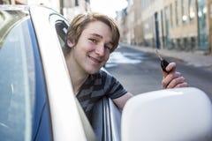 Adolescente y nuevo conductor detrás de la rueda de su coche Foto de archivo