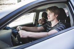 Adolescente y nuevo conductor detrás de la rueda de su coche Fotos de archivo libres de regalías