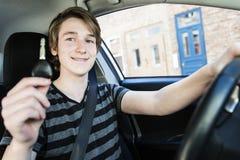 Adolescente y nuevo conductor detrás de la rueda de su coche Imagen de archivo