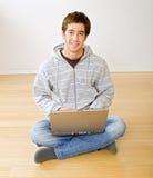 Adolescente y ordenador portátil Fotos de archivo