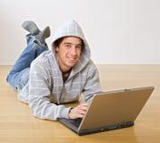 Adolescente y ordenador portátil Fotografía de archivo