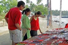Adolescente y padres que hacen compras en mercado de pulgas Imagen de archivo libre de regalías