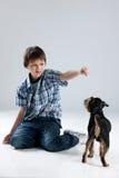 Adolescente y pequeño perro Foto de archivo