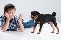 Adolescente y pequeño perro Imagenes de archivo