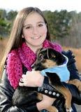 Adolescente y perro Foto de archivo
