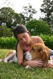 Adolescente y perro Imagen de archivo
