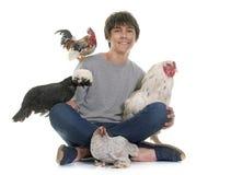 Adolescente y pollo Foto de archivo