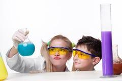 Adolescente y profesor de la química en la fabricación de la lección Foto de archivo libre de regalías