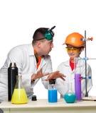 Adolescente y profesor de la química en la fabricación de la lección Imagen de archivo