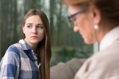 Adolescente y psicólogo pensativos Fotos de archivo