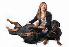 Adolescente y rottweilers Fotografía de archivo