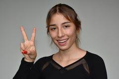 Adolescente y signo de la paz jovenes Imagen de archivo libre de regalías