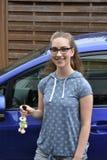 Adolescente y su coche del puño Fotos de archivo libres de regalías