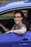 Adolescente y su coche del puño Fotos de archivo